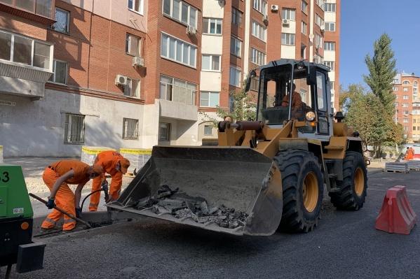 На дорогах рабочие обновили асфальт