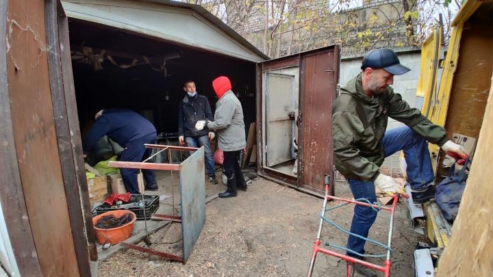 «Вы что нас заранее не предупредили?»: в Волгограде при сносе гаражей нашли спрятанный автомат Калашникова