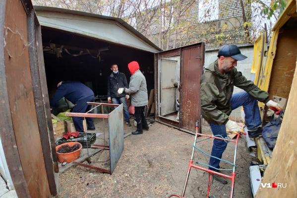 Волгоградцы кинулись спасать свои гаражи и арсеналы