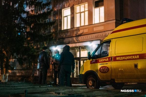 Две кареты скорой помощи провели у здания Минздрава около 40 минут