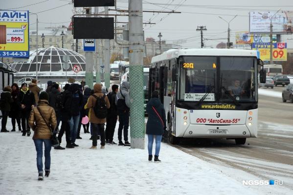 Медики рекомендуют избегать поездок на общественном транспорте в часы пик. Вероятность подхватить вирус в это время выше
