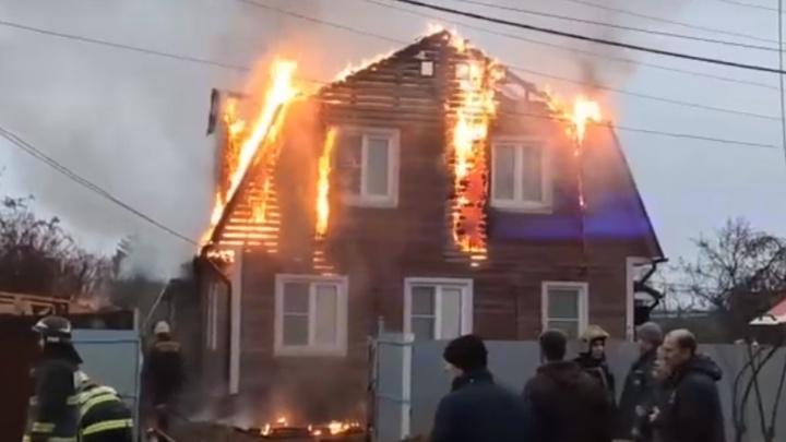 Пожарные и реанимация: в Ярославле горит дом. Видео и первые подробности