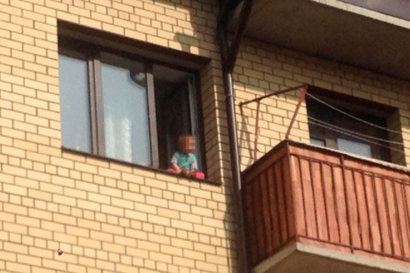 Очевидцы сразу же вызвали полицию, заметив малыша, сидящего на подоконнике