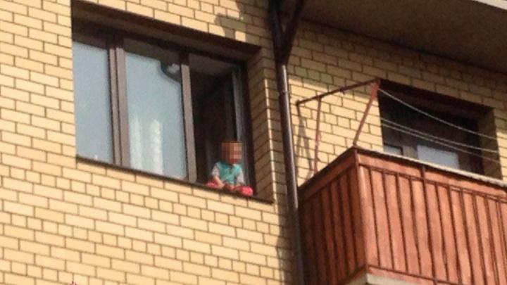«Сердце в пятки ушло»: в Ярославле родители отпустили малыша посидеть на краю подоконника