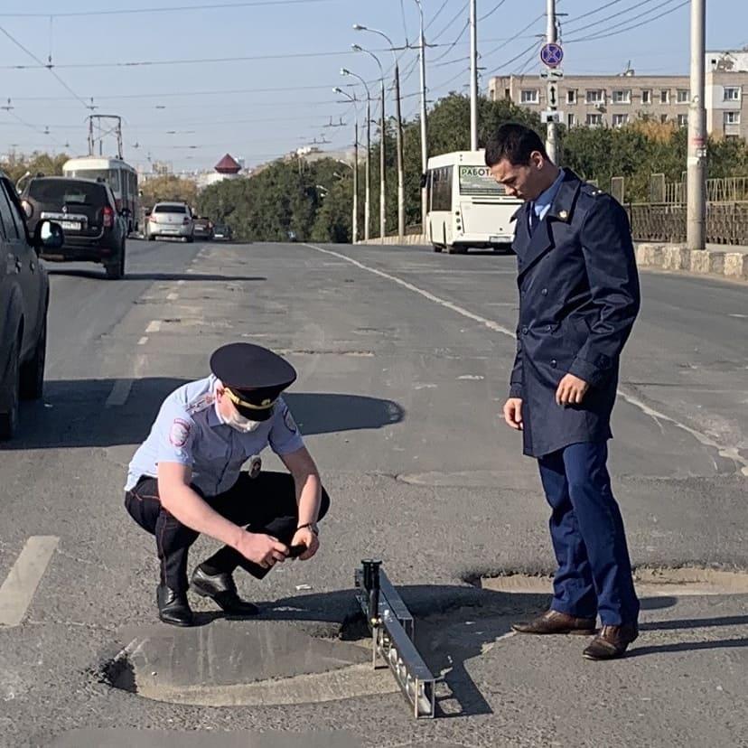 Инспекторы ГИБДД сфотографировали дыры в асфальте