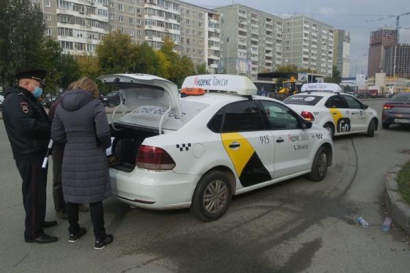 Автоинспекторы проверили почти сотню автомобилей с шашечками