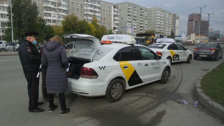 В Екатеринбурге массово штрафовали таксистов: водители ездили без прав и на неисправных машинах