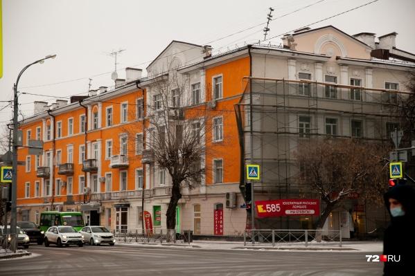 На этой фотографии видно, каким раньше был дом — боковой фасад еще выкрашен в неброский бежевый цвет. Вам какой больше нравится?