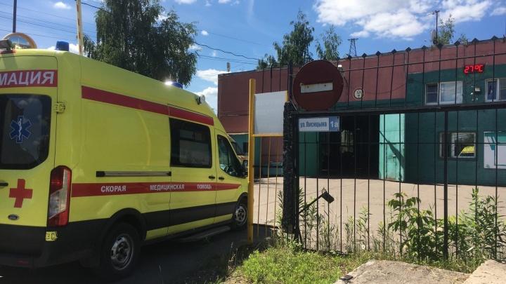 «Размахивал корочками и обещал убить»: в Ярославле мужчина напал на медиков скорой помощи