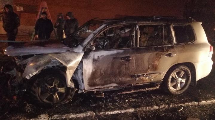 В Тюмени сгорел внедорожник Lexus. Его могли поджечь