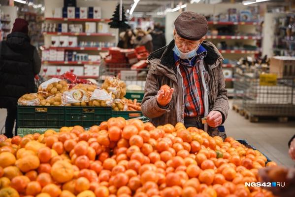 Горожане скупали мандарины, алкоголь, икру и другие продукты