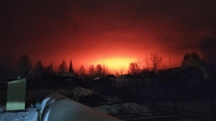 Зарево от горящих опилок в Богучанах озарило небо над Ангарой