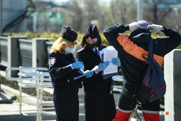 Еще весной полицейские проверяли, как горожане соблюдают масочный режим