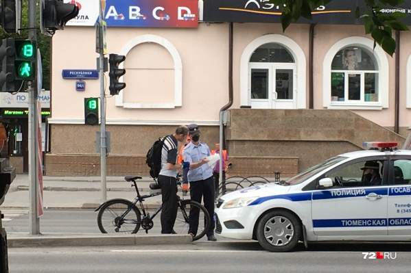 Велосипедисты в массе своей не спешиваются на пешеходных переходах, иногда кого-то из них ловят и штрафуют сотрудники ГИБДД