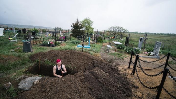 Инвентарь не выдают, но убирать можно: в Волгограде и области разрешили посещать кладбища