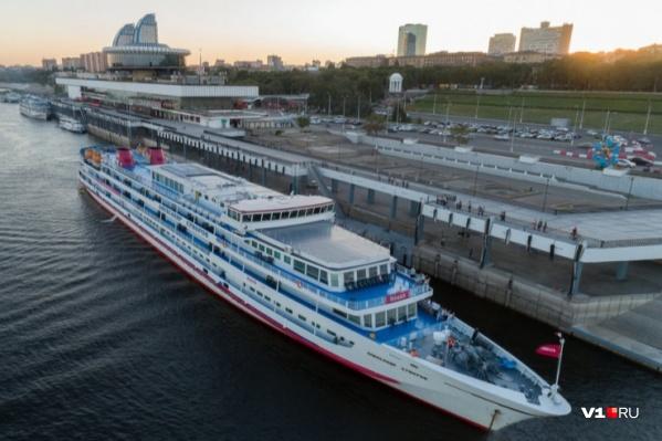 Каждый год судно по несколько раз за лето швартуется в речном порту Волгограда