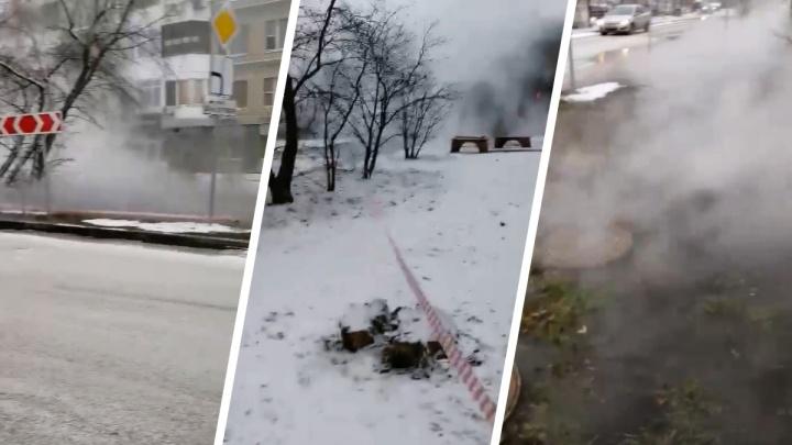 Вся улица в тумане: в центре Тюмени произошла коммунальная авария
