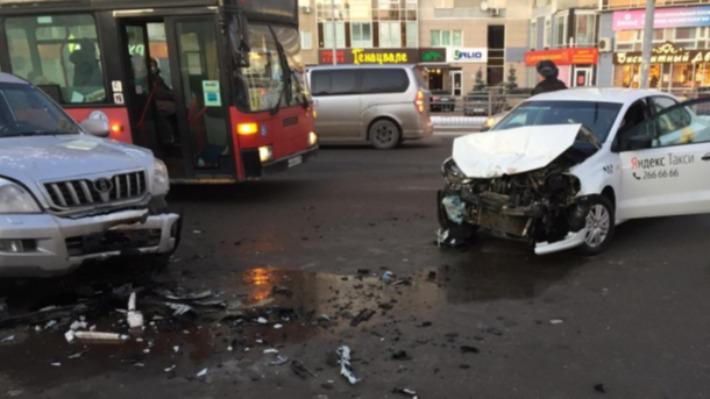Видеорегистратор заснял момент аварии на Белинского, где машина такси влетела во внедорожник