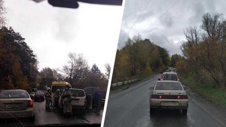 BMW пошёл на обгон возле Академгородка — машину выбросило на встречку: пострадали двое