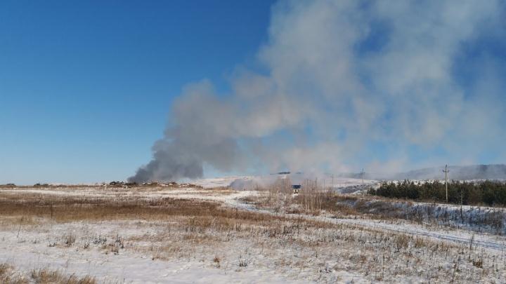 Жители поселка в Башкирии жалуются на регоператора, который сжигает мусор на окрестной свалке