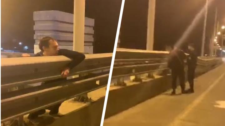 Требует прокурора: в Ярославле мужчина залез за перила Юбилейного моста