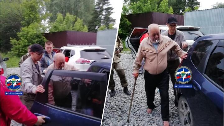 Спасатели и волонтёры всю ночь искали мужчину в лесу — он пропал во время прогулки с собакой