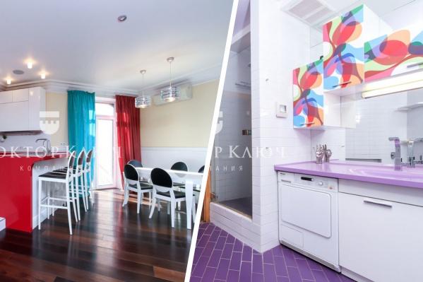 Прежние владельцы таунхауса не побоялись ярких сочетаний: для гостиной предпочли сочетание красного, синего, белого и чёрного цветов, а ванные комнаты отделали фиолетовой и голубой плиткой
