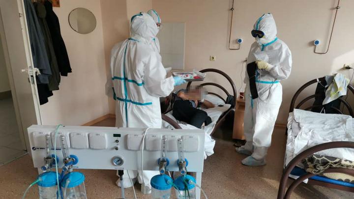 «Персонал — блеск»: заболевший коронавирусом фотограф показал, что происходит в COVID-госпитале