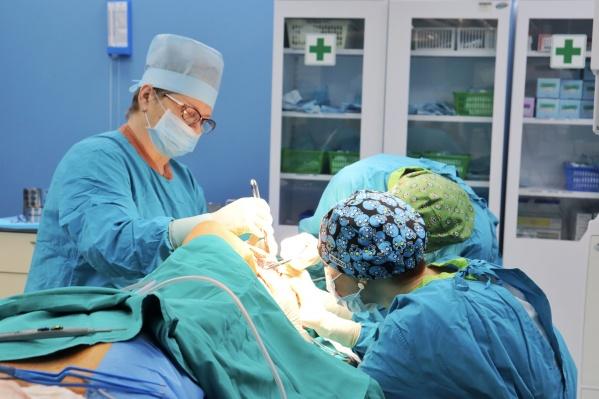 Благодаря тому, что пациенту пересадили собственную кость, а не использовали металлическую конструкцию, риск осложнений при лучевой терапии для него минимален