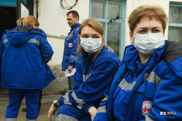 Медики получат более 20 тысяч защитных костюмов