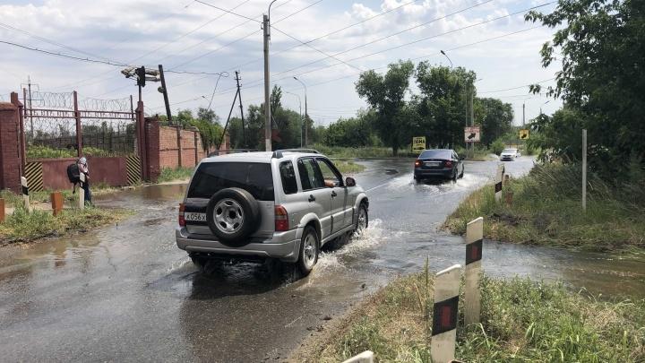 Место порыва найдено: в Волгограде потоки воды заливают улицу Тракторостроителей
