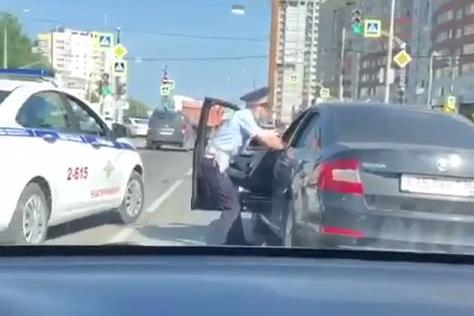 На Щербакова полицейские пытались вытащить нетрезвого водителя из машины, но он дал по газам: видео