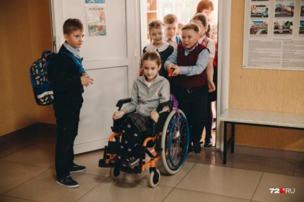 В первый класс Амина пришла своими ногами, а всего через год оказалась в инвалидной коляске