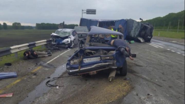 Грузовик на боку, три машины разбиты, один человек погиб и четверо пострадали в аварии на трассе