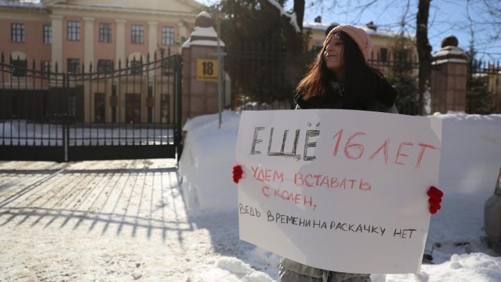 В Новосибирске девушка вышла на одиночный пикет против обнуления президентского срока