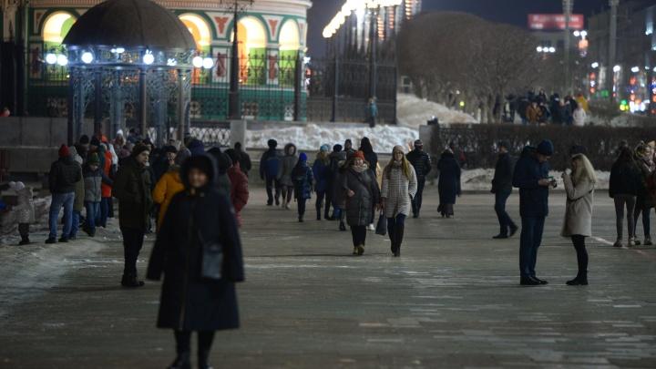 Сотни екатеринбуржцев зря простояли на Плотинке в ожидании салюта к 23 Февраля. Объясняем почему
