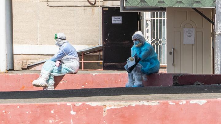 «Нас поливают грязью»: сотрудники омской скорой рассказали о работе во вторую волну коронавируса