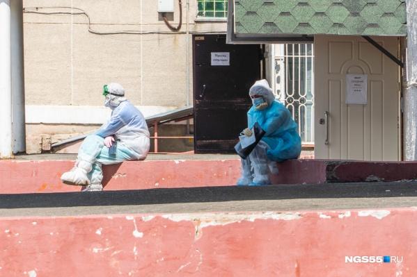 Сотрудники омской скорой вместе с пациентами ожидают очереди на МСКТ по 8 часов