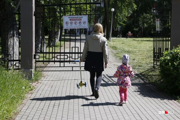 Женщина поверила в то, что сможет получить компенсацию в 300 тысяч рублей, а в результате лишилась выплаты на ребенка, которую президент назначил семьям из-за пандемии