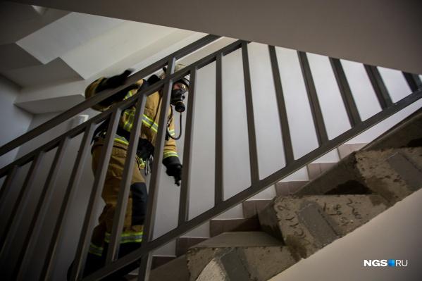 В пожаре на Сибиряков-Гвардейцев выжил один человек из трёх, оставшихся в горящей квартире