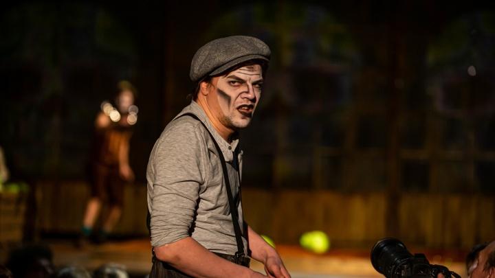 «Красный факел» поставил спектакль про гангстера — его премьеру задержали на полгода. 10 фото из театра