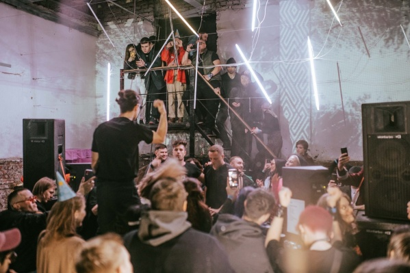 Клуб представлял индустриальную музыкальную сцену