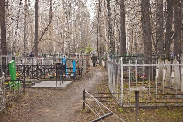 На кладбище никто не контролируют дистанцию между близкими умершего