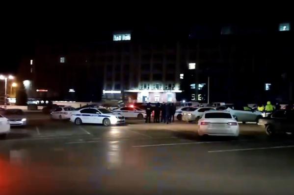 На Октябрьской площади много машин ДПС и полиции