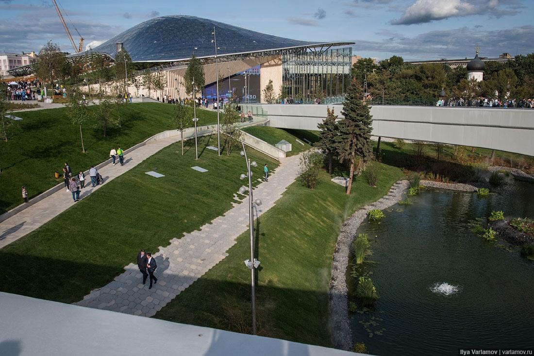 Парк «Зарядье» сочетает в себе ландшафтный парк, общественные пространства