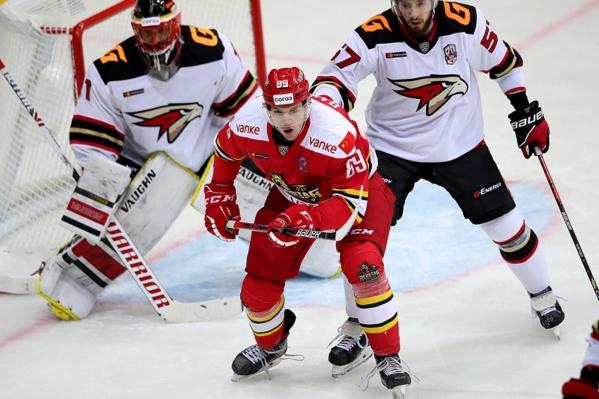 Максим Гончаров трогает других хоккеистов, чтобы поверить в то, что он снова играет за «Авангард»