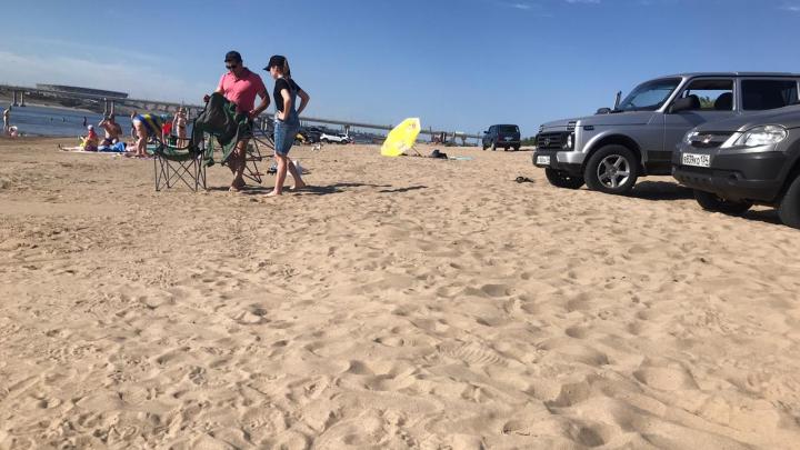 «Припарковались у нас на голове»: волгоградские автохамы перебрались на пляж
