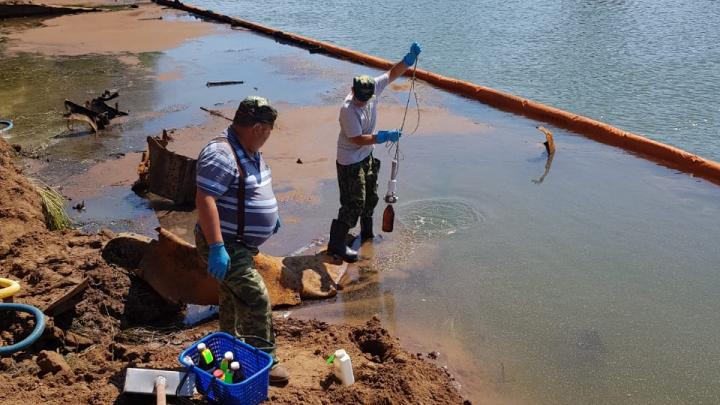 В Башкирии в реку попали нефтепродукты с затонувшей баржи