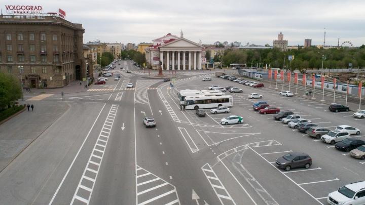 Осталось понять, как ездить: на площади Павших борцов Волгограда нарисовали новую разметку поверх старой
