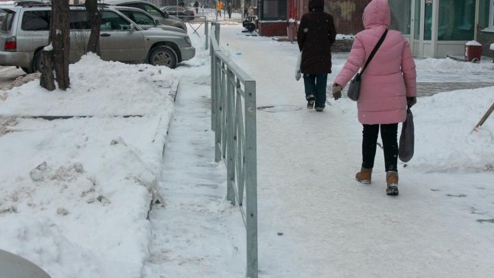 «Ухитрились впендюрить оградку на тротуаре». Гневная колонка о том, как в Новосибирске издеваются над людьми